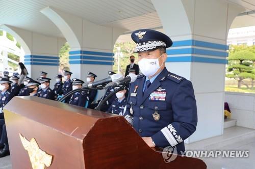 Tham mưu trưởng Không quân, Đại tướng Lee Seong-yong từ chức sau vụ việc nữ trung sĩ tự sát.