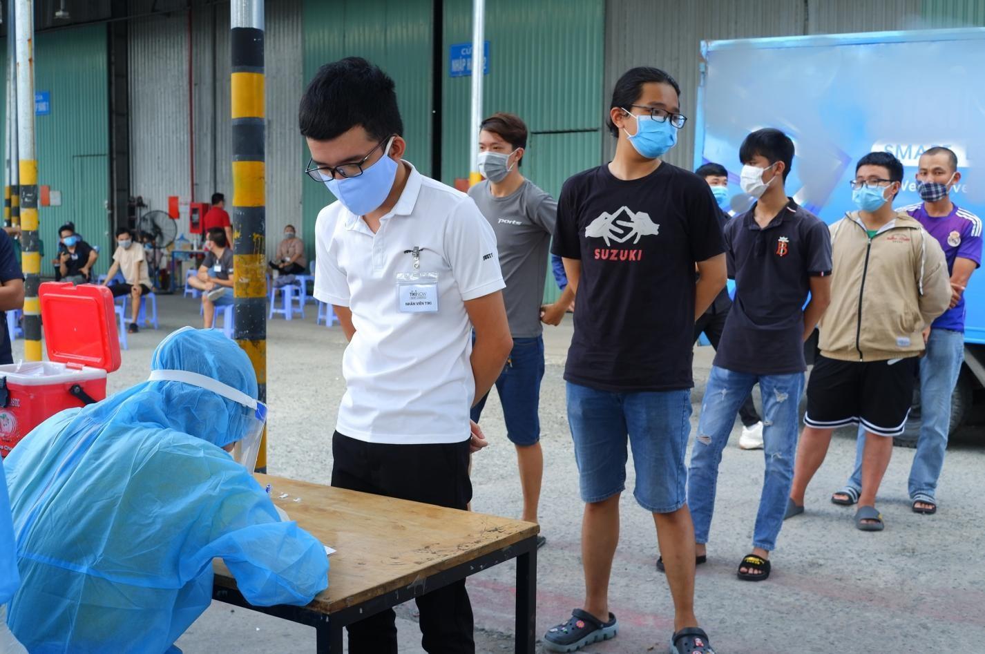 Lấy mẫu xét nghiệm cho công nhân tại Khu công nghiệp Vĩnh Lộc