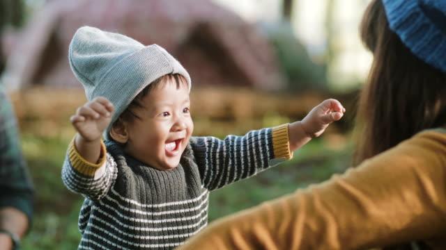 Tận hưởng cuộc sống thiên nhiên giúp con trai chị vui vẻ và khoẻ mạnh. Ảnh minh hoạ