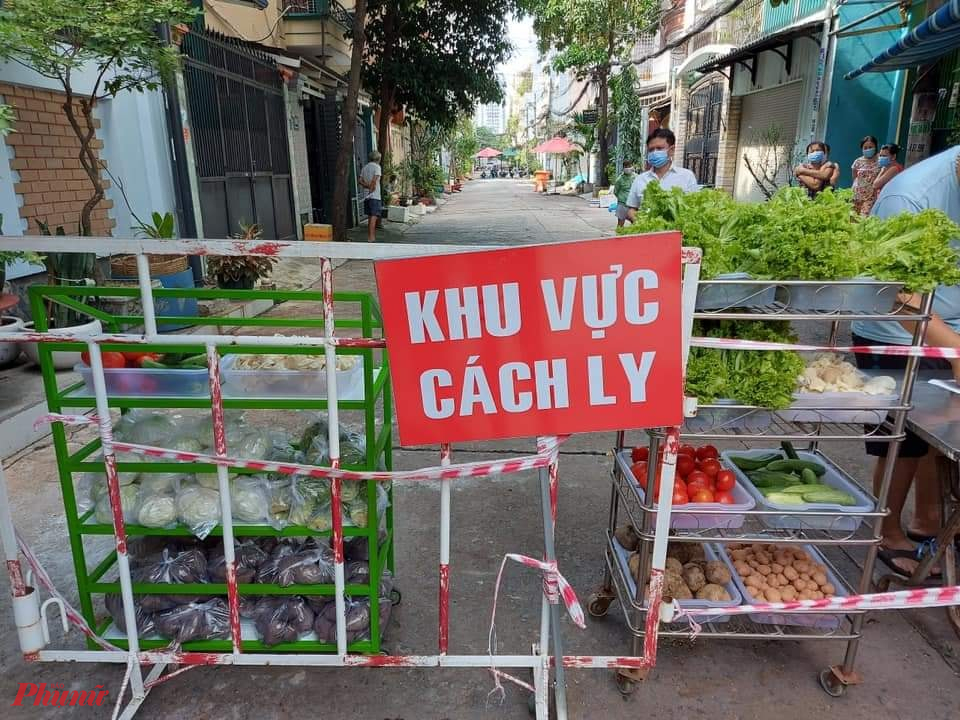 Tại quận Tân Phú, gian hàng thực phẩm 0 đồng được Hội phối hợp cùng các đơn vị thực hiện, cung cấp thực phẩm hàng ngày cho người dân khu vực cách ly phòng, chống dịch bệnh