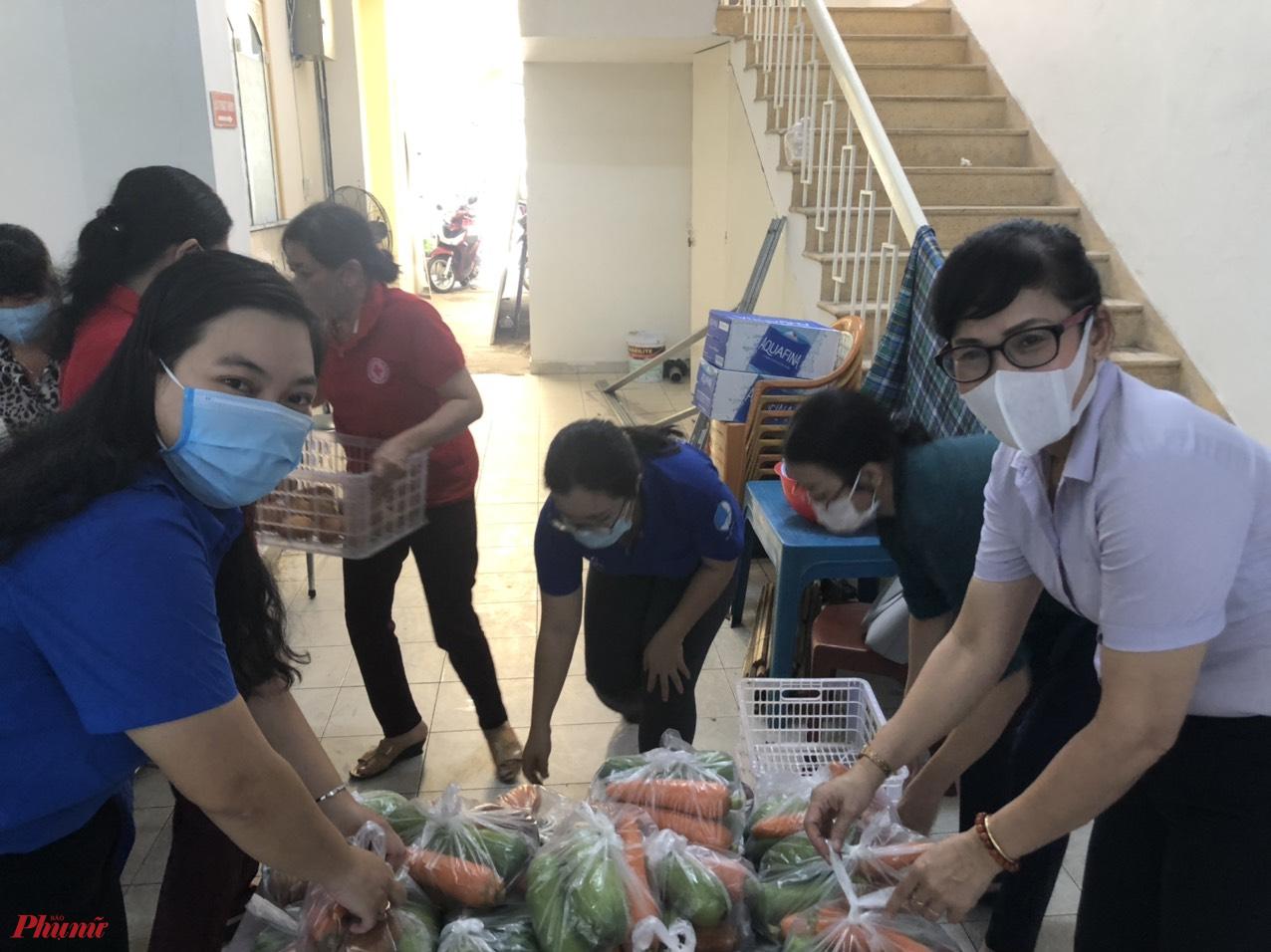 Tại quận Phú Nhuận, cán bộ Hội hàng ngày vẫn làm hậu phương, hỗ trợ lương thực thực phẩm đến người dân khó khăn để cùng chống dịch