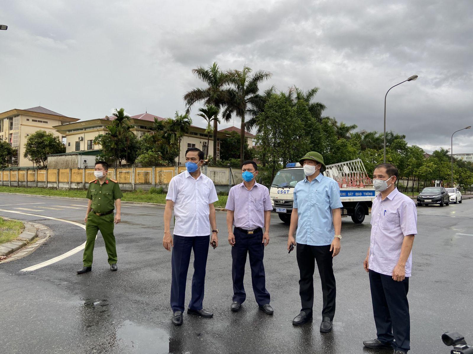 Chủ tịch tỉnh Hà Tĩnh cùng lãnh đạo sở Y tế Hà Tĩnh chỉ đạo tại khu vực có ca nghi nhiễm