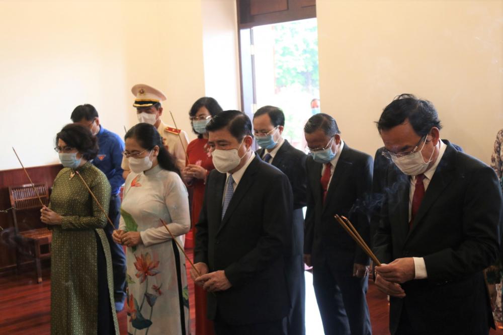 Lãnh đạo TPHCM dâng hương tưởng niệm Chủ tịch Hồ Chí Minh tại Bảo tàng Hồ Chí Minh.