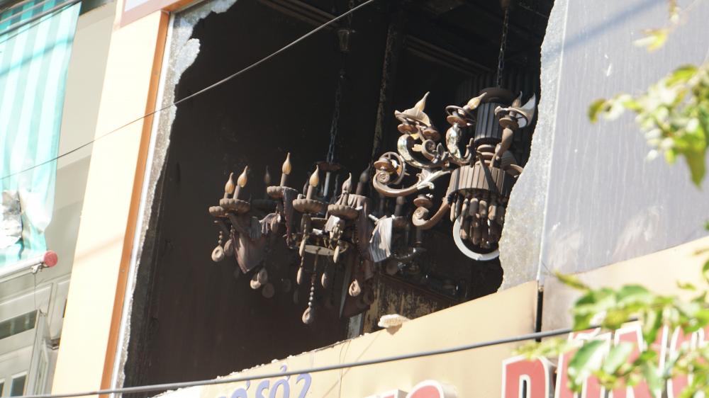 Lực lượng cứu hộ phá vỡ để vào trongKính cường lực tầng 2 ngôi nhà được lực lượng cứu hộ phá vỡ để vào trong