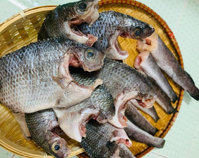 Rau củ, thịt cá được cha mẹ chị Dung gửi từ quê vào Sài Gòn