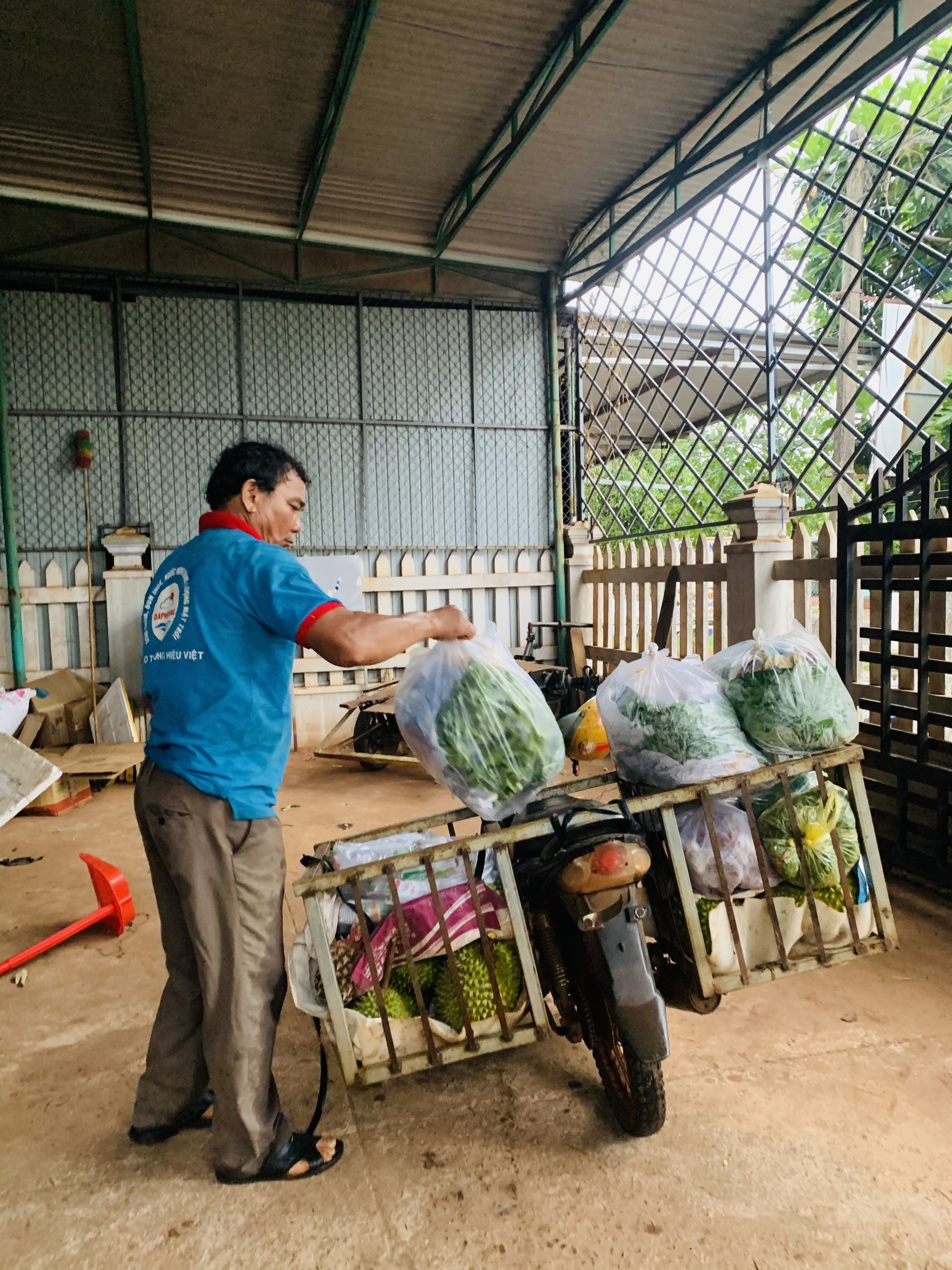 Cha chị Dung chuẩn bị chở hàng gửi xe khách vào Sài Gòn cho con gái