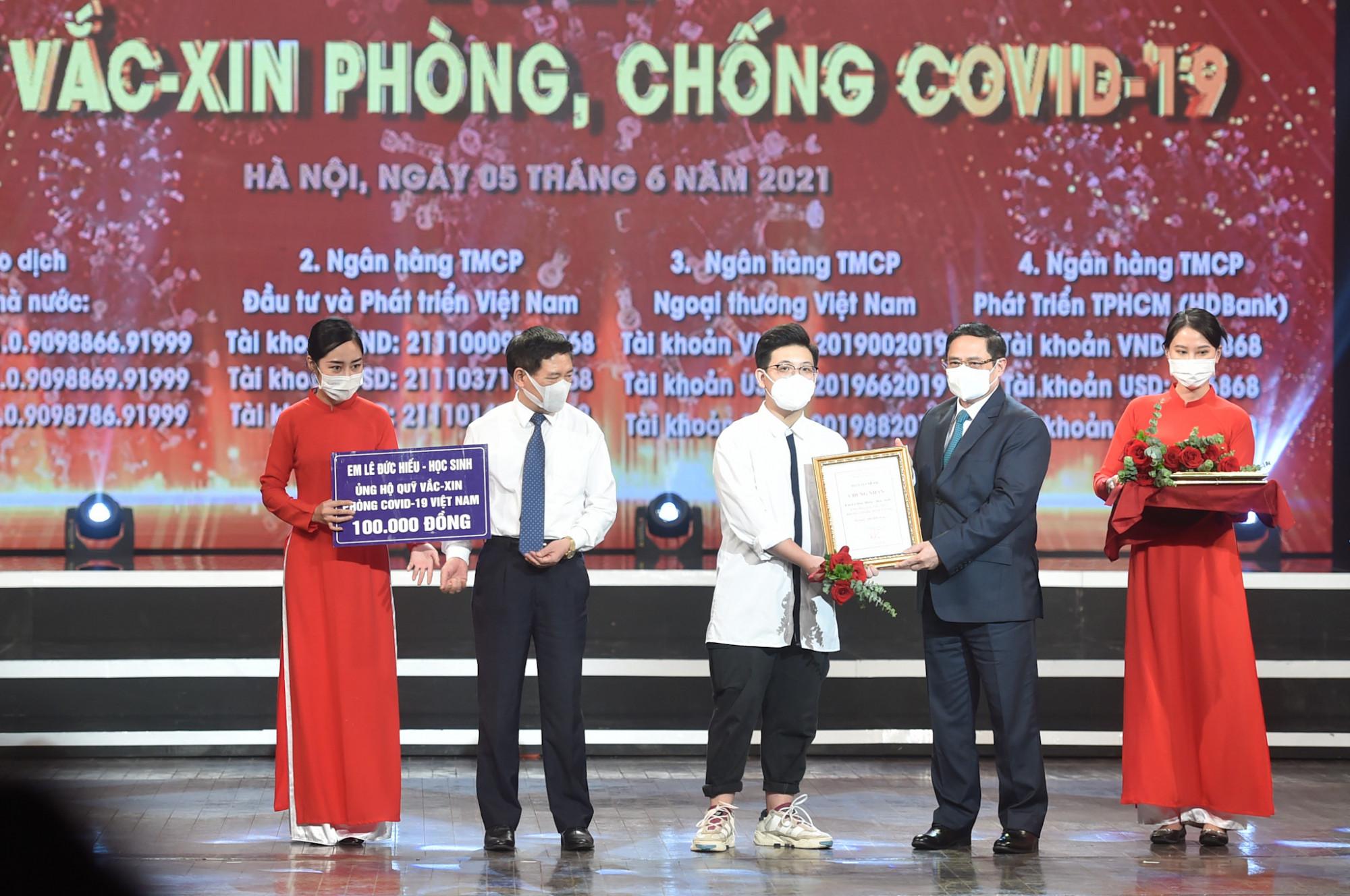 Thủ tướng Chính phủ Phạm Minh Chính trao chứng nhận, hoa cảm ơn Bác sĩ Đồng Phú Khiêm, Phó trưởng khoa điều trị tích cực - Bệnh viện Bệnh Nhiệt đới Trung ương. Ảnh VGP