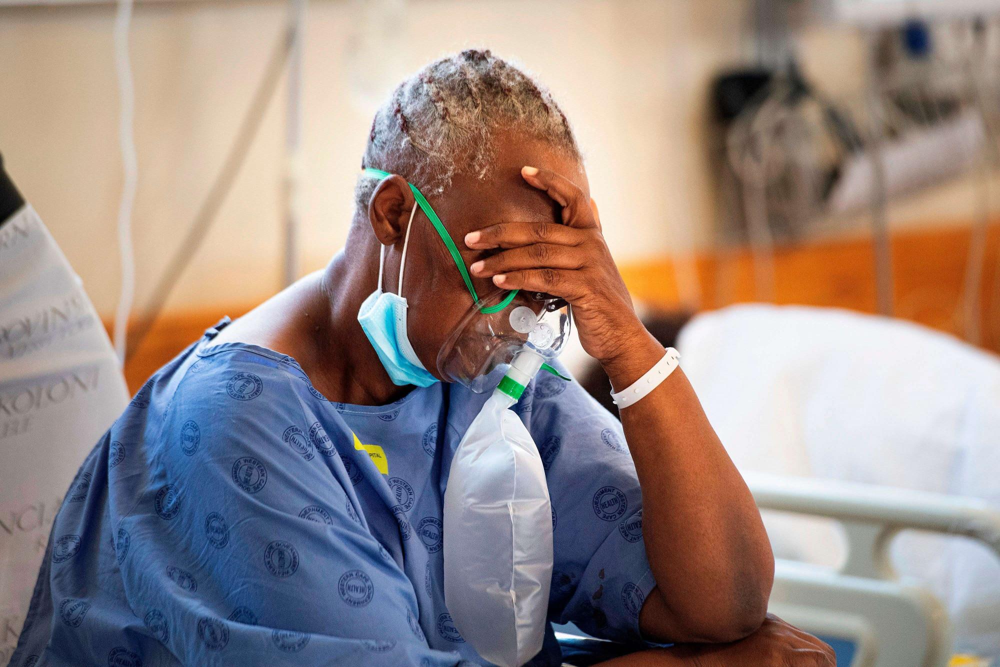 Một bệnh nhân phải thở ô-xi trong khi đang được điều trị COVID-19 tại bệnh viện Khayelitsha (Nam Phi) - Ảnh: Rodger Bosch / Getty Images
