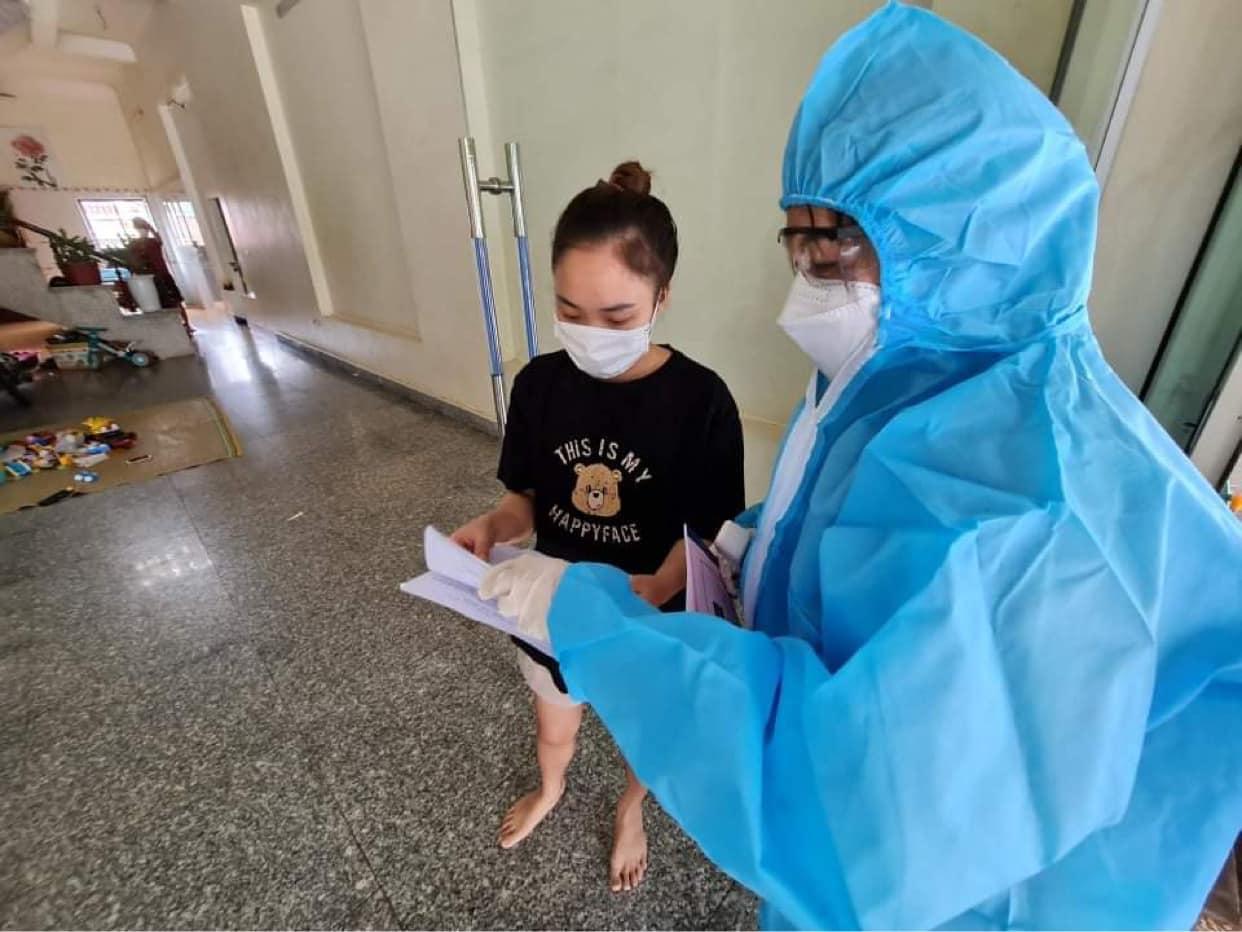 Nhân viên y tế đến nhà người dân để điều tra dịch tễ