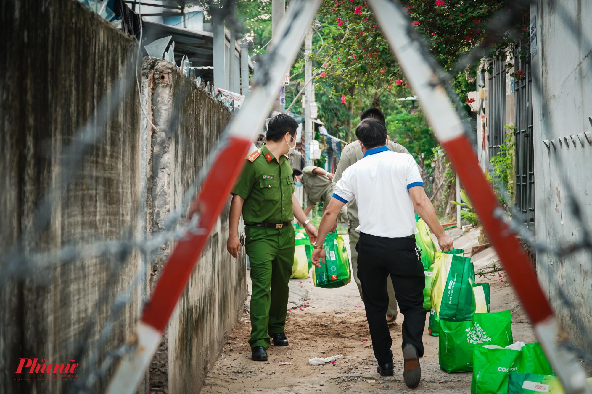 Dưới sự hỗ trợ của lực lượng bảo vệ tại chốt phòng, chống dịch, các túi quà đẫ được đưa vào bên trong khu cách ly