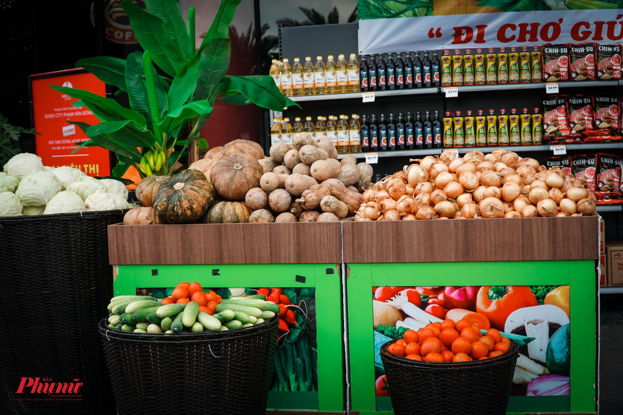 Gian hàng gồm các loại thực phẩm, rau củ thiết yếu hằng ngày