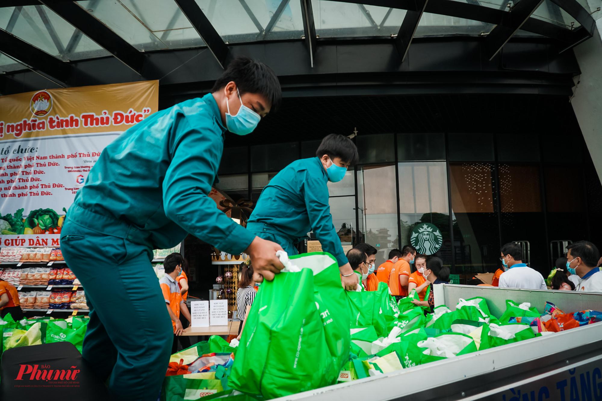 Các thực phẩm sau đó được di chuyển lên xe, chở đến các khu cách ly