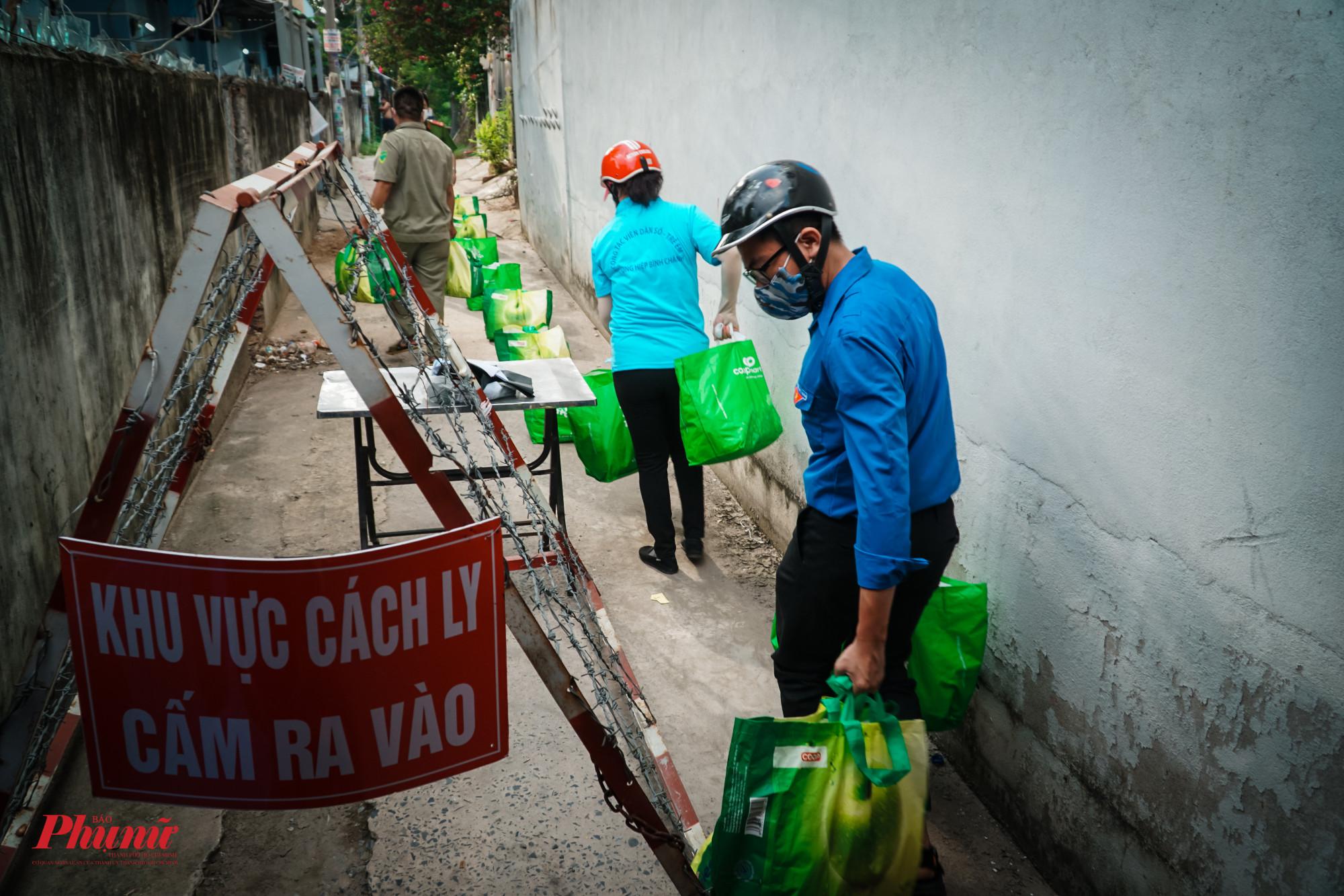 Các đơn vị đã chia ra từng nhóm, gửi lương thực vào trong khu cách ly cho từng hộ dân
