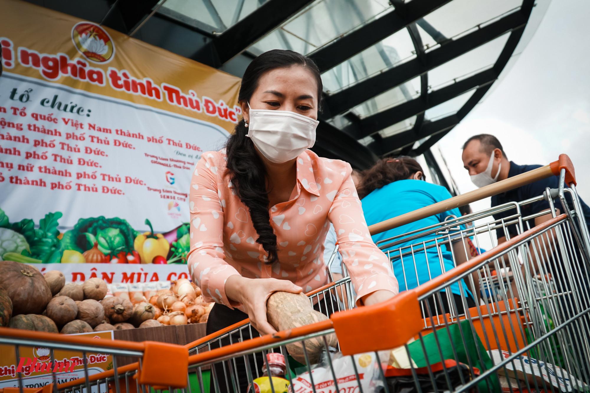 Bà Phan Kiều Thanh Hương - PCT Ủy ban MTTQ Việt Nam TPHCM đi chợ giúp người dân trong khu cách ly