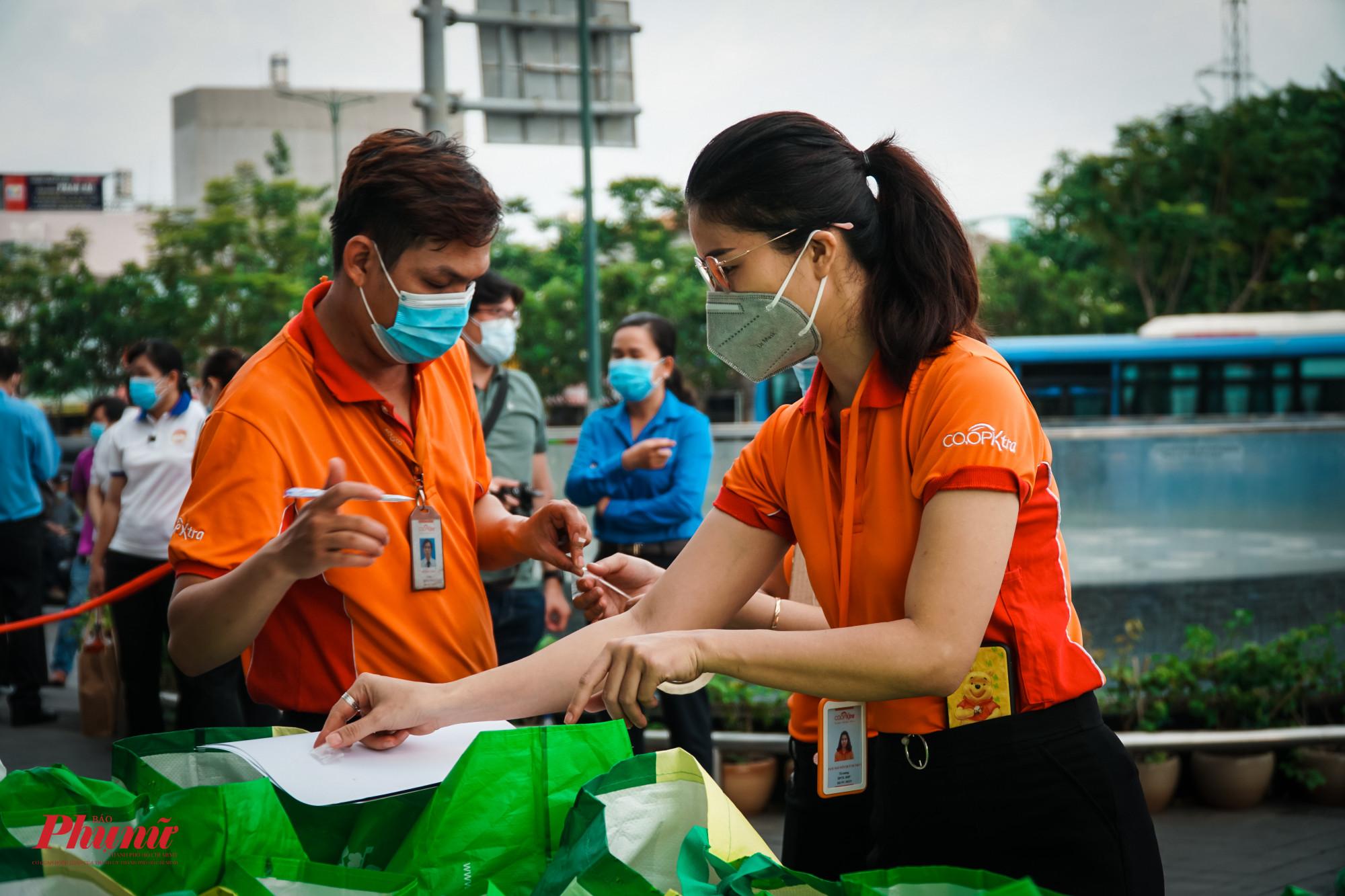 Sáng sớm, các nhân viên tại siêu thị đã phân phối các loại thực phẩm giúp người dân