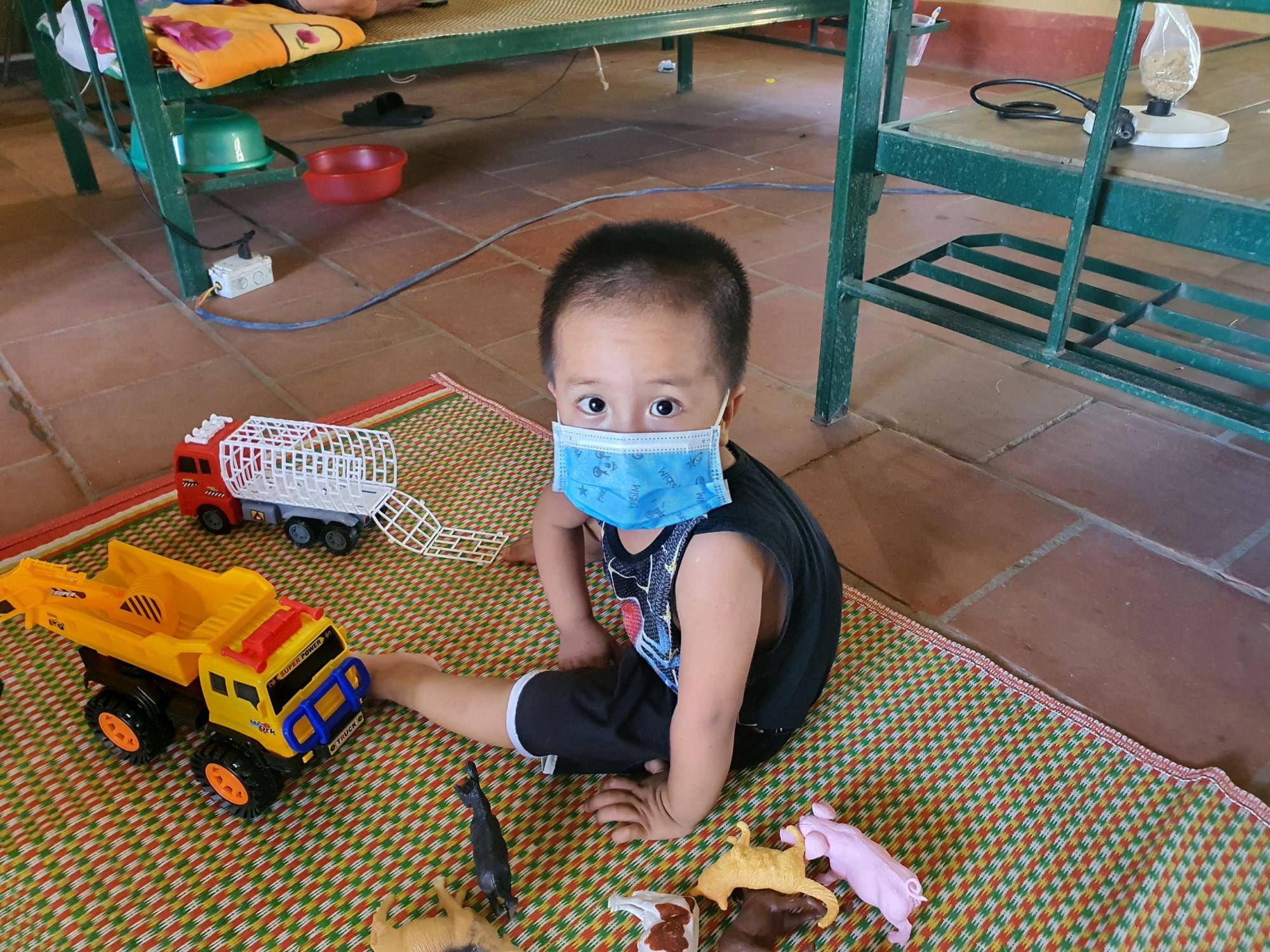 Hình ảnh bé trai N.V.M (3 tuổi, Bắc Giang) đeo khẩu trang, một mình chơi trong khu cách ly đã khiến nhiều người xúc động.