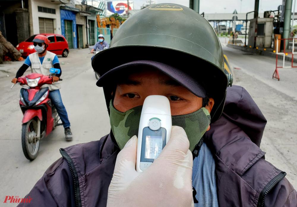 Sau khi đo thân nhiệt, cán bộ trực chốt yêu cầu tài xế thực hiện nghiêm quy trình phòng chống dịch, khai báo y tế, lộ trình duy chuyển