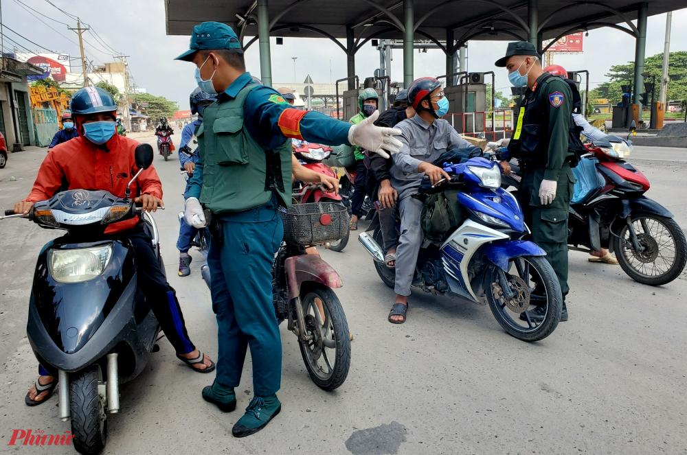 Sau khi được đo thân nhiệt, người đi xe máy sẽ được yêu cầu vào chốt khai báo y tế. Những người có lộ trình di chuyển qua tỉnh Đồng Nai để đi các tỉnh khác, không dừng lại hay lưu trú sẽ được tạo điều kiện cho đi.