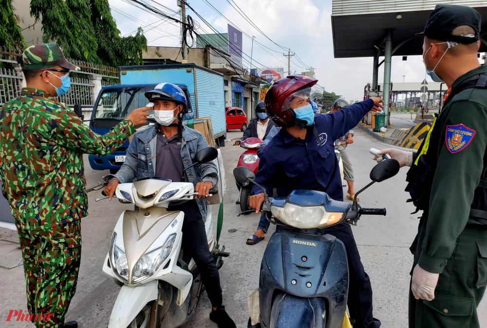 Tuy nhiên, nhiều người tỏ ra lo lắng Tuy nhiên, một số xe cá nhân đến Đồng Nai để làm việc, công tác sau khi nghe lực lượng chức năng giải thích buộc phải quay đầu xe vì sợ phải cách ly 21 ngày.