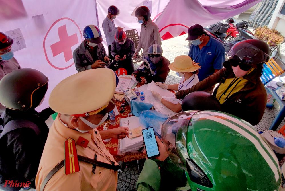 Bên trong trạm kiểm soát, trời khá nắng nóng nhưng nhiều người phải vào tranh thủ khai báo y tế để tiếp tục hành trình.