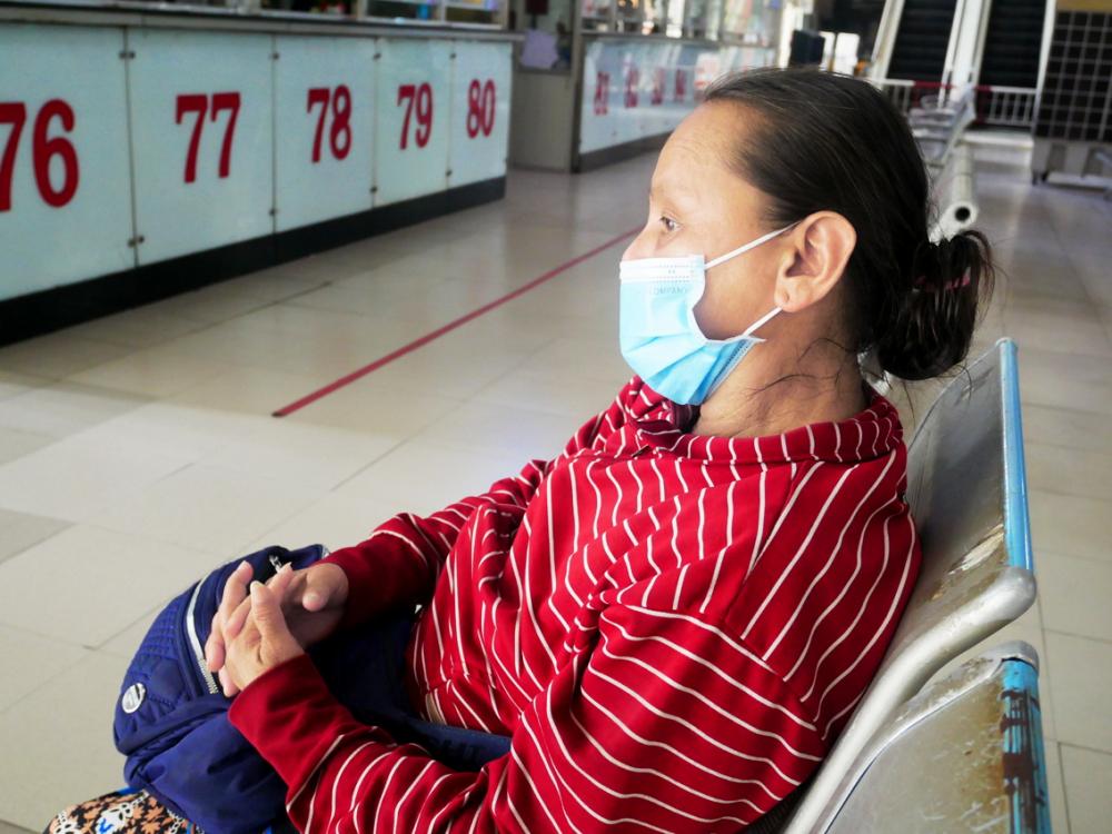 Trong dịch bệnh, bà Phan Thị Ngọc Kiều sống bằng nghề bán vé số tại bến xe vẫn tìm thấy hơi ấm của tình người qua những suất ăn miễn phí