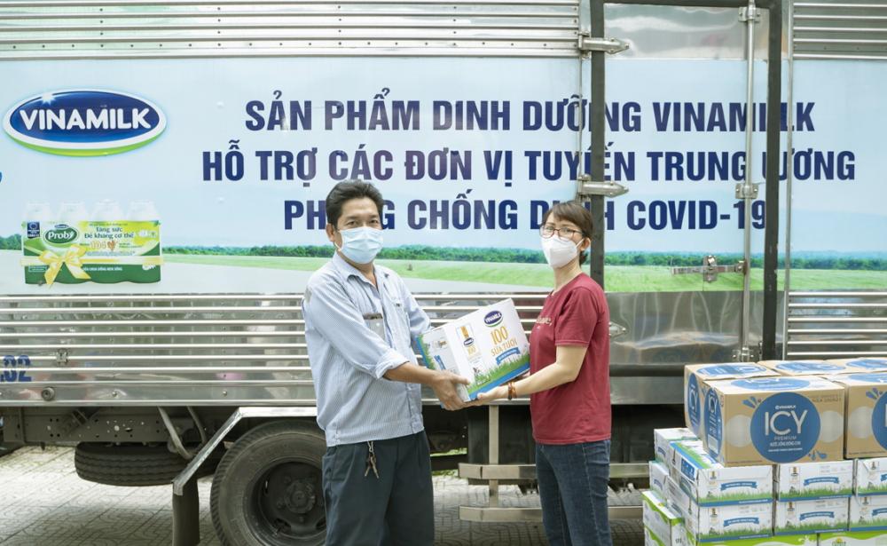 Đại diện Trung tâm Y tế quận Gò Vấp (bên phải) nhận các sản phẩm của Vinamilk và sẽ nhanh chóng chuyển đến các y, bác sĩ, nhân viên y tế đang làm nhiệm vụ