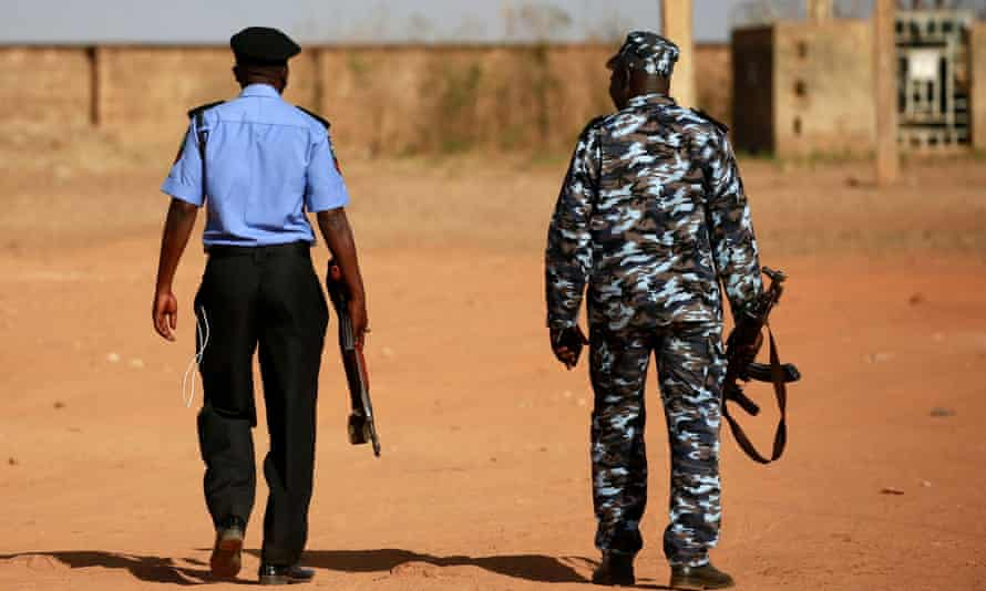 Cảnh sát tuần tra sau một cuộc tấn công của bọn cướp ở Tây Bắc Nigeria vào năm 2020