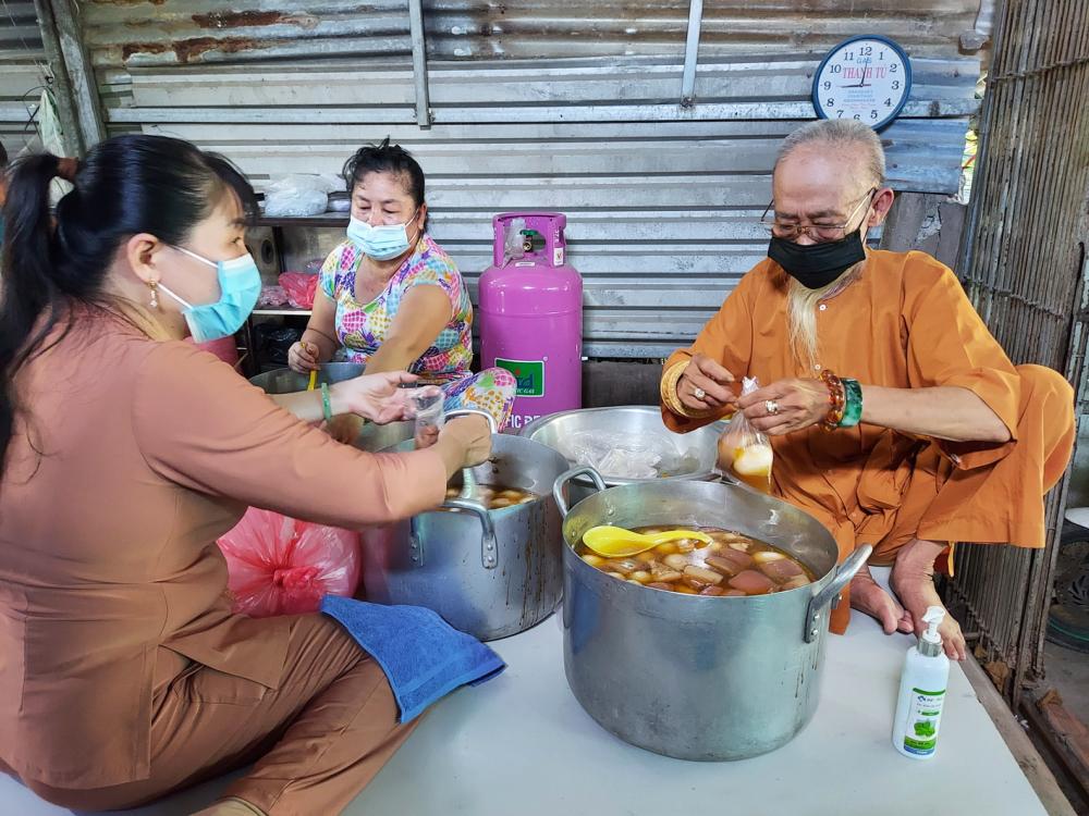 Ông Ba Trầu - người lập bếp cơm nghĩa tình để người nghèo nấu cho người nghèo