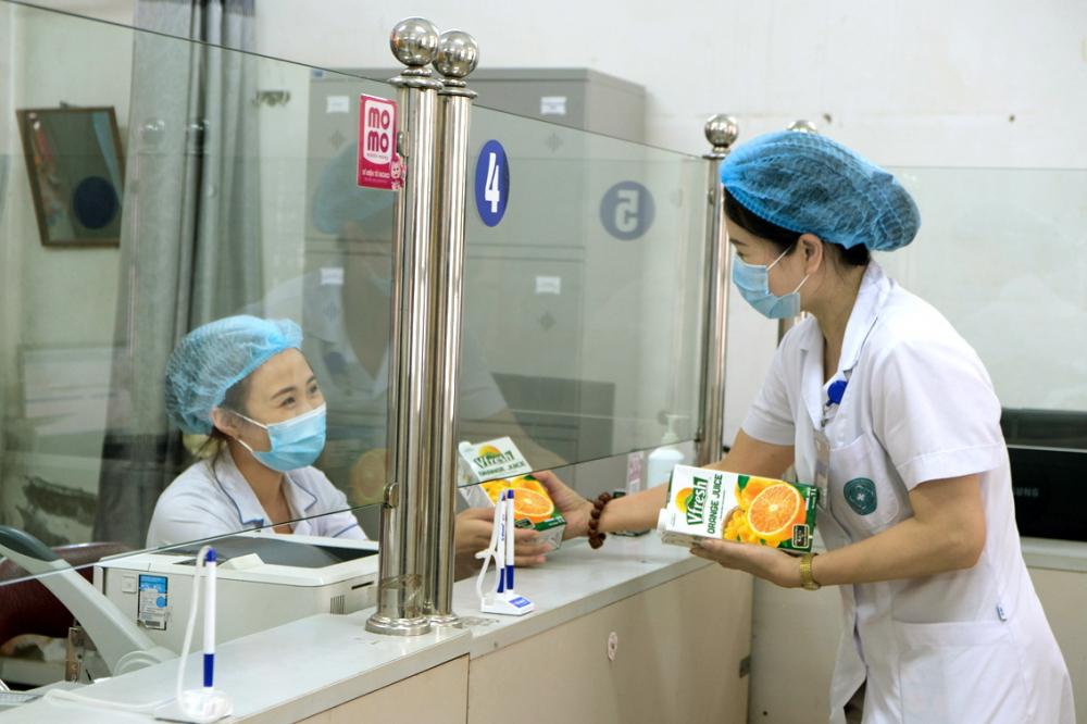 Trước đó, Vinamilk cũng đã dành gần 200.000 sản phẩm để tiếp sức lực lượng tuyến đầu tại Hà Nội, Bắc Ninh, Hà Nam