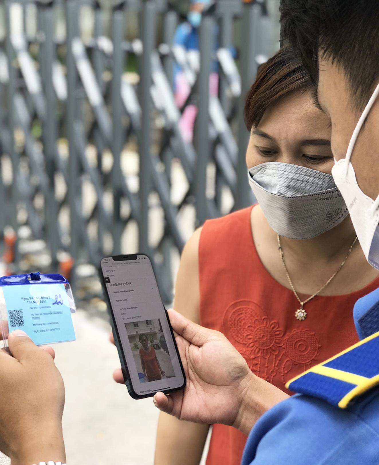 Quản lý người nuôi bệnh bằng mã code nhận diện gương mặt tại Bệnh viện Nhi Đồng 2 ẢNH: PHẠM AN