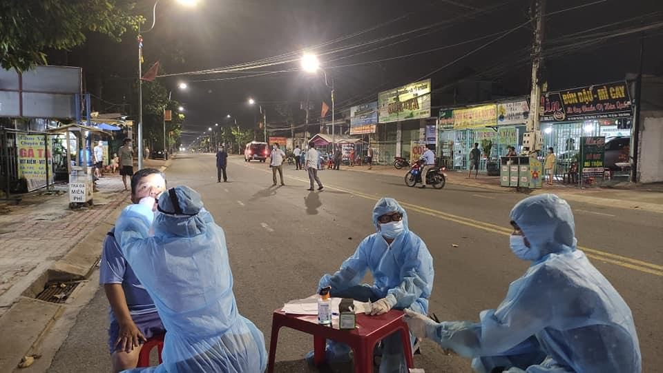 Lực lượng chức năng lấy dịch tễ ở khu vực phong tỏa tại phường Tân Bình, TP. Dĩ An