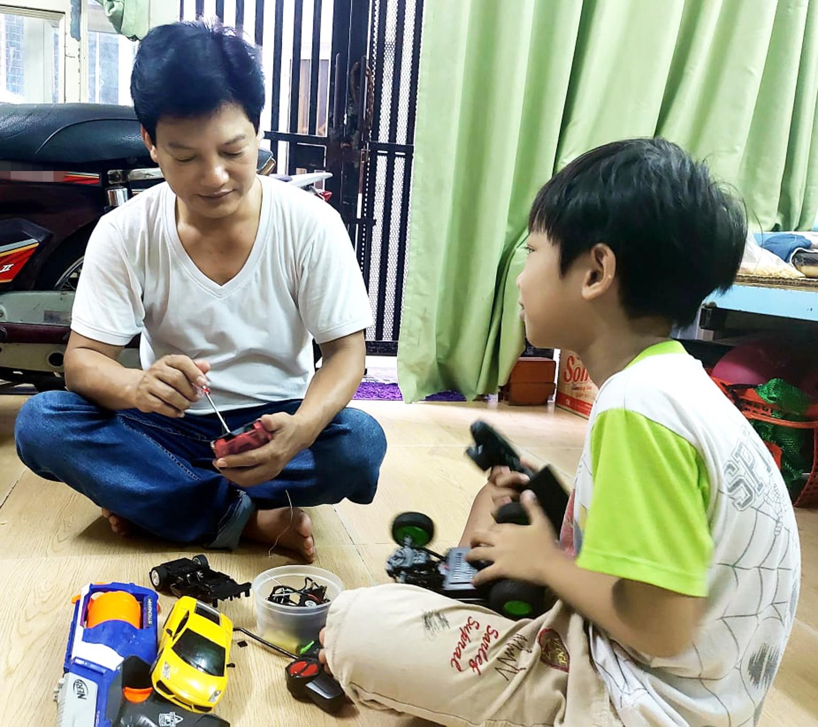 Tác giả và con trai lọ mọ sửa xe đồ chơi