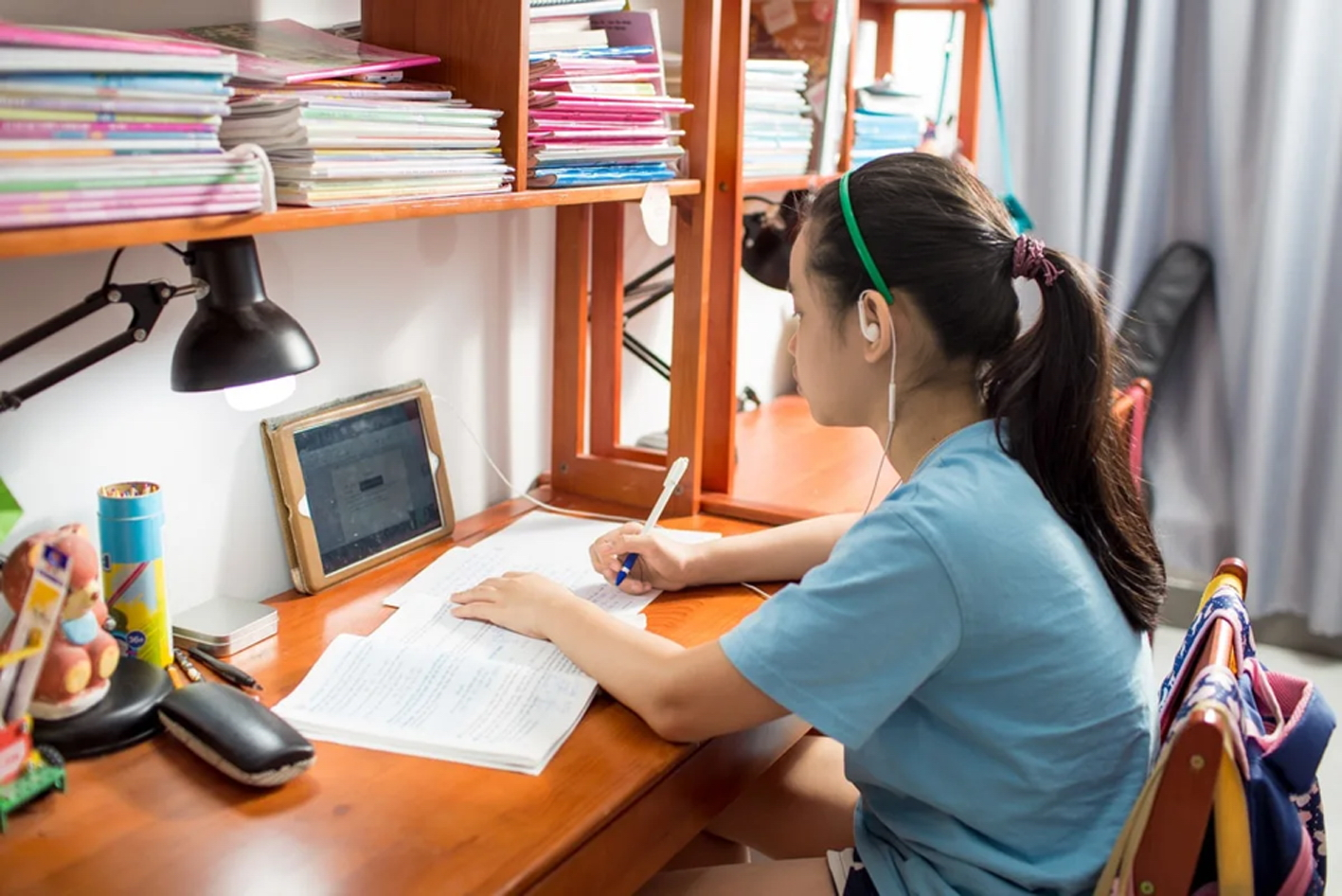 Học sinh học online khi trường học tạm đóng cửa
