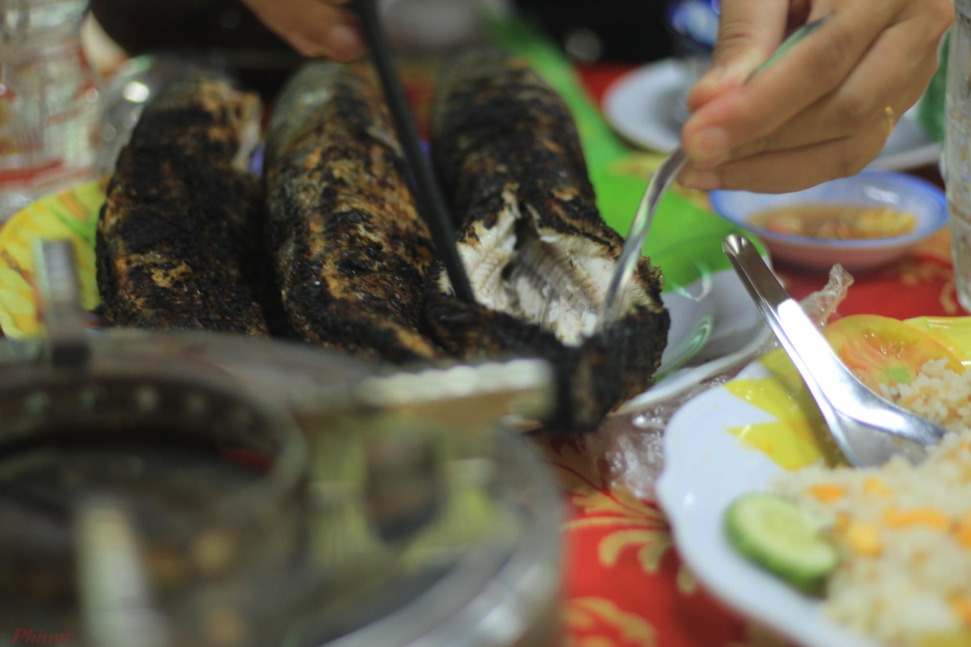 Người lớn ăn cá lóc nướng trui với đủ loại rau lá trong vườn, chấm mắm me. Trẻ con, chỉ cần chén muối ớt là đủ. Ảnh: Uyên Lâm