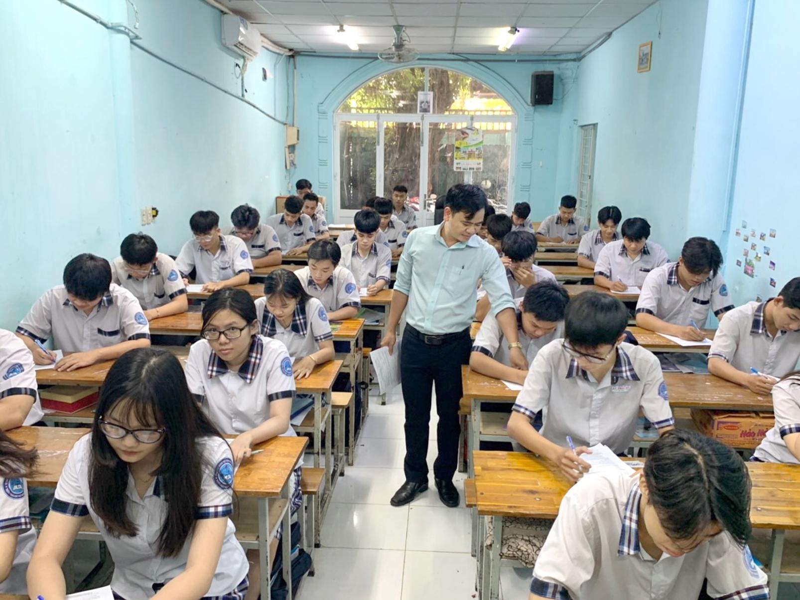 Học sinh lớp 12 Trường THPT Lý Thái Tổ  (Q.Gò Vấp) ôn tập trước ngày tạm dừng  đến trường - ẢNH: GIA TUỆ