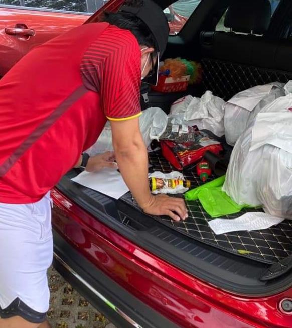 Anh Vinh và bạn bè đang lập danh sách người dân ở khu phong tỏa cần mua thực phẩm để đi chợ giúp.
