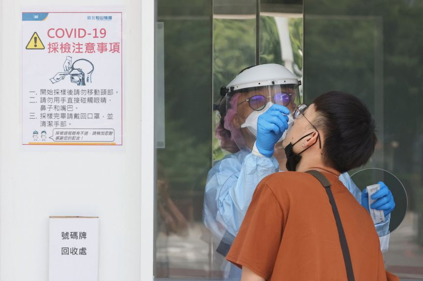 Đài Loan tăng cường xét nghiệm COVID-19 để hạn chế sự lây lan của dịch bệnh.