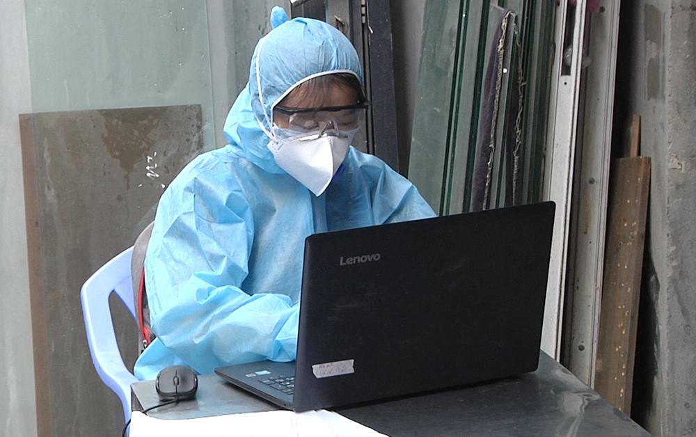 Nhân viên y tế lập danh sách kiểm soát dịch COVID-19