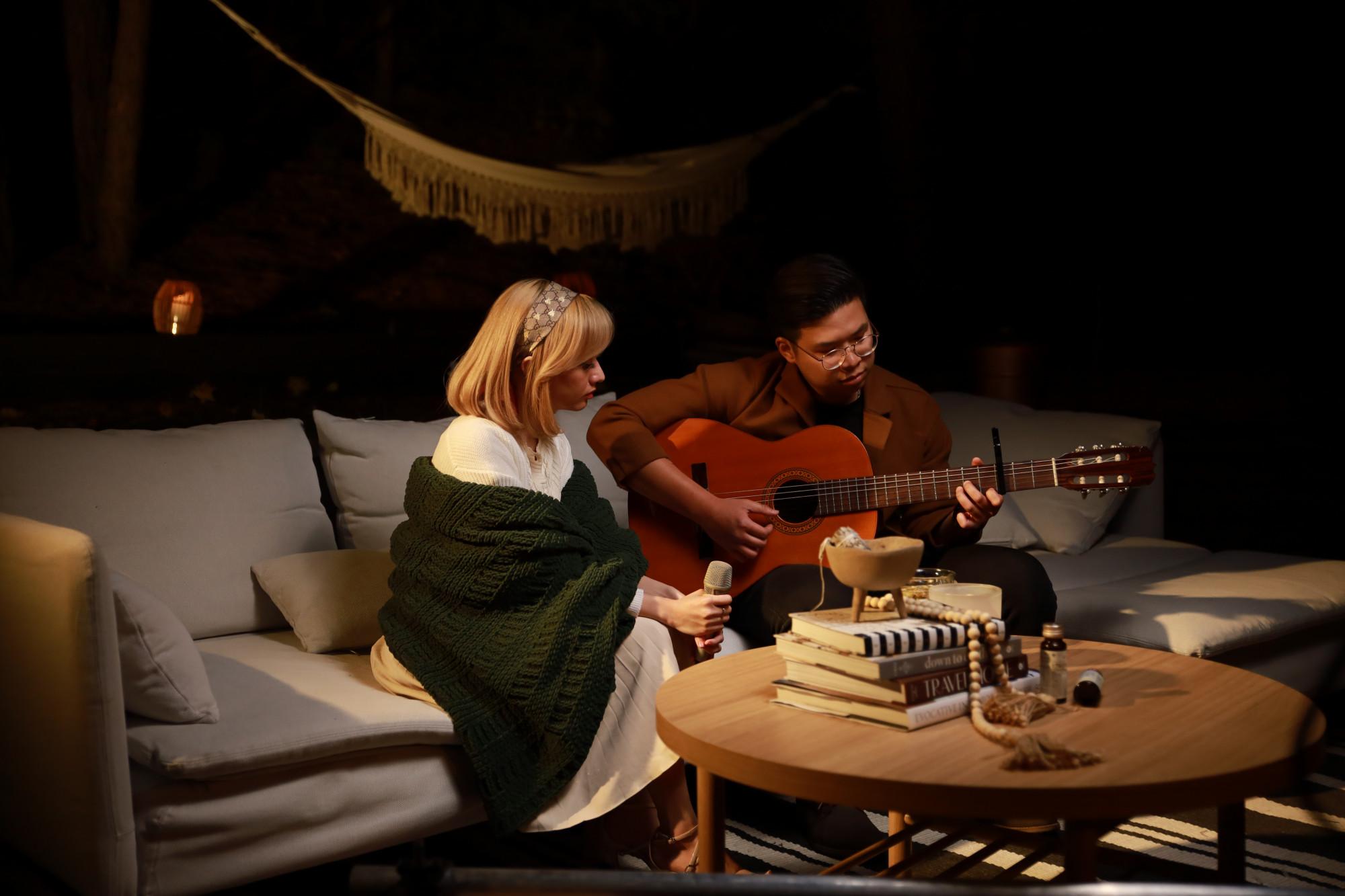 Xuân Nghi và nhạc công ghi-ta trong show