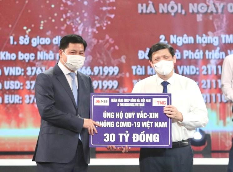 Đại diện Tập đoàn TNG Holdings Vietnam và MSB ủng hộ 30 tỷ cho Quỹ vắc-xin phòng chống COVID-19  Ảnh: TNG