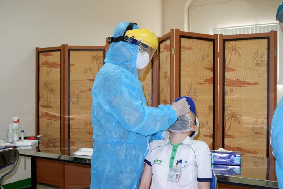Lấy mẫu xét nghiệm COVID-19 cho công nhân tại TPHCM. Ảnh HCDC