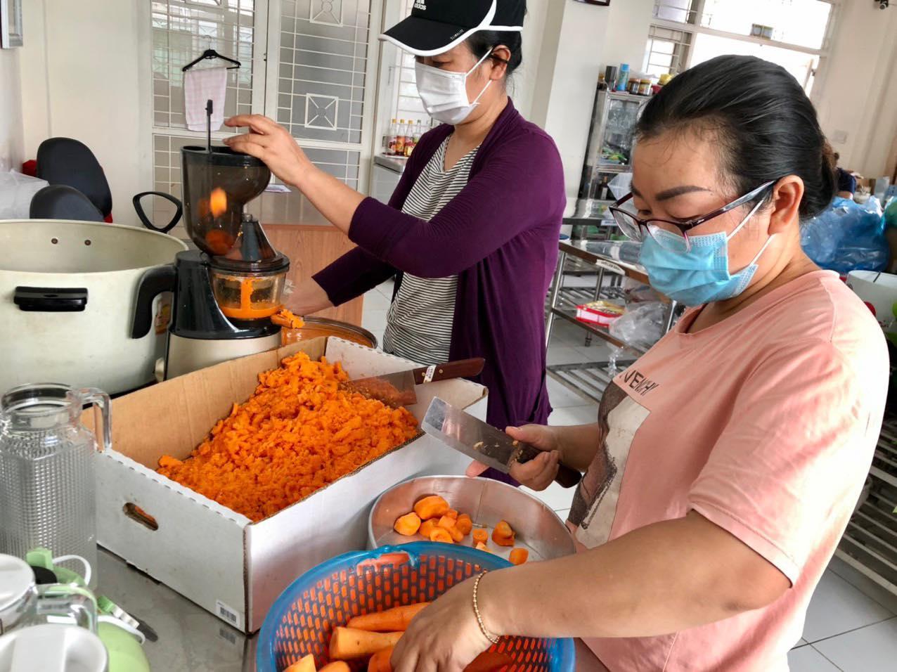 Các chị đang chuẩn bị nước ép, bổ sung dinh dưỡng cho các chốt đang làm nhiệm vụ