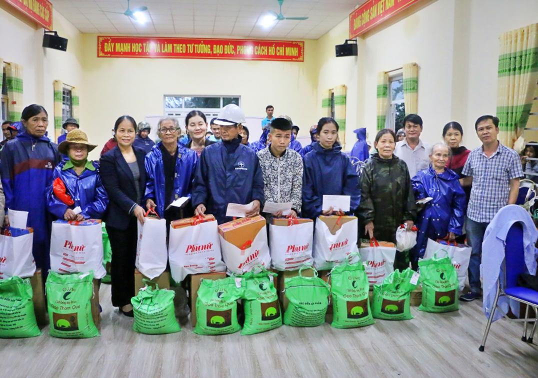 Báo Phụ Nữ TP.HCM tặng tiền và quà cho người dân vùng lũ Quảng Trị
