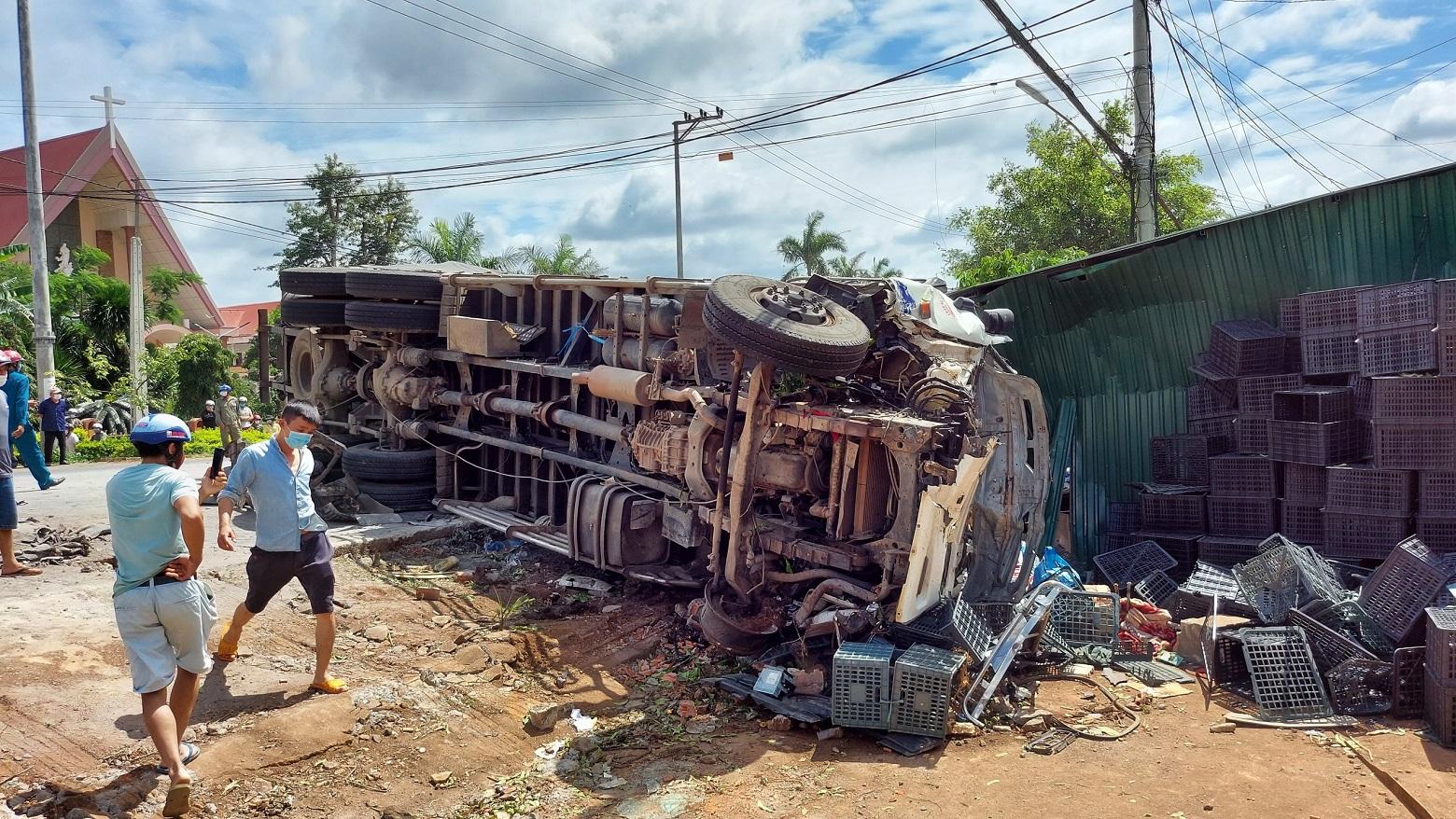 Xe tải lật nghiêng bên đường sau khi gây tai nạn