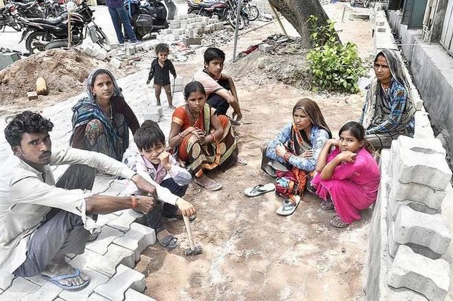 Người lao động tại một công trường ở Khu công nghiệp Mayapuri - Ảnh: The Hindu/Shiv Kumar Pushpakar