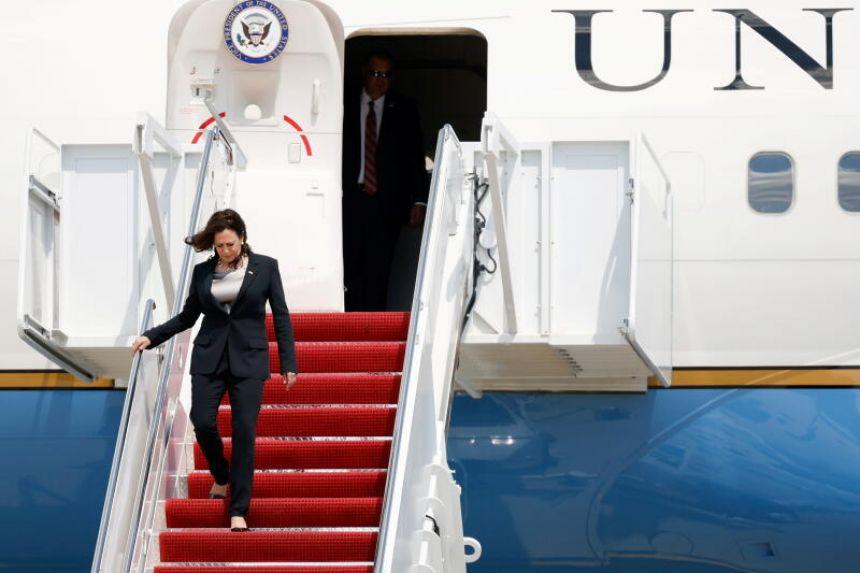 Phó Tổng thống Kamala Harris đã phải rời Phi cơ Không lực II sau khi chiếc máy bay của bà gặp lỗi kỹ thuật khi mới cất cánh hôm 6/6 tại Căn cứ Hỗn hợp Andrews, tiểu bang Maryland - Ảnh: Reuters