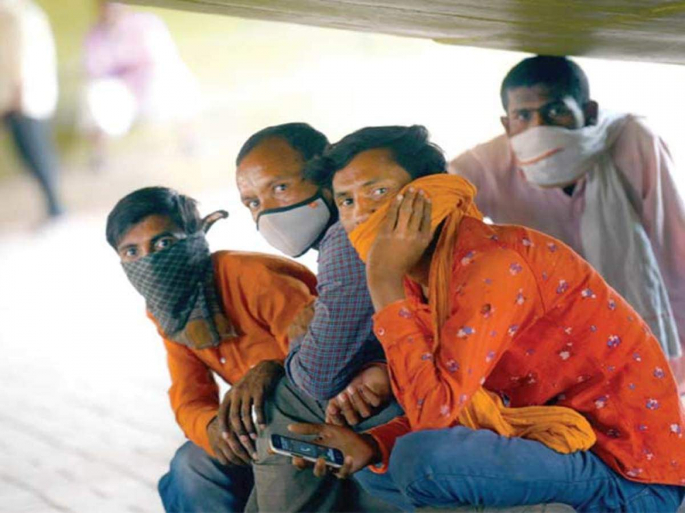 Chờ đợi người thuê ở chợ việc làm Tilak Nagar - Ảnh: Getty Images
