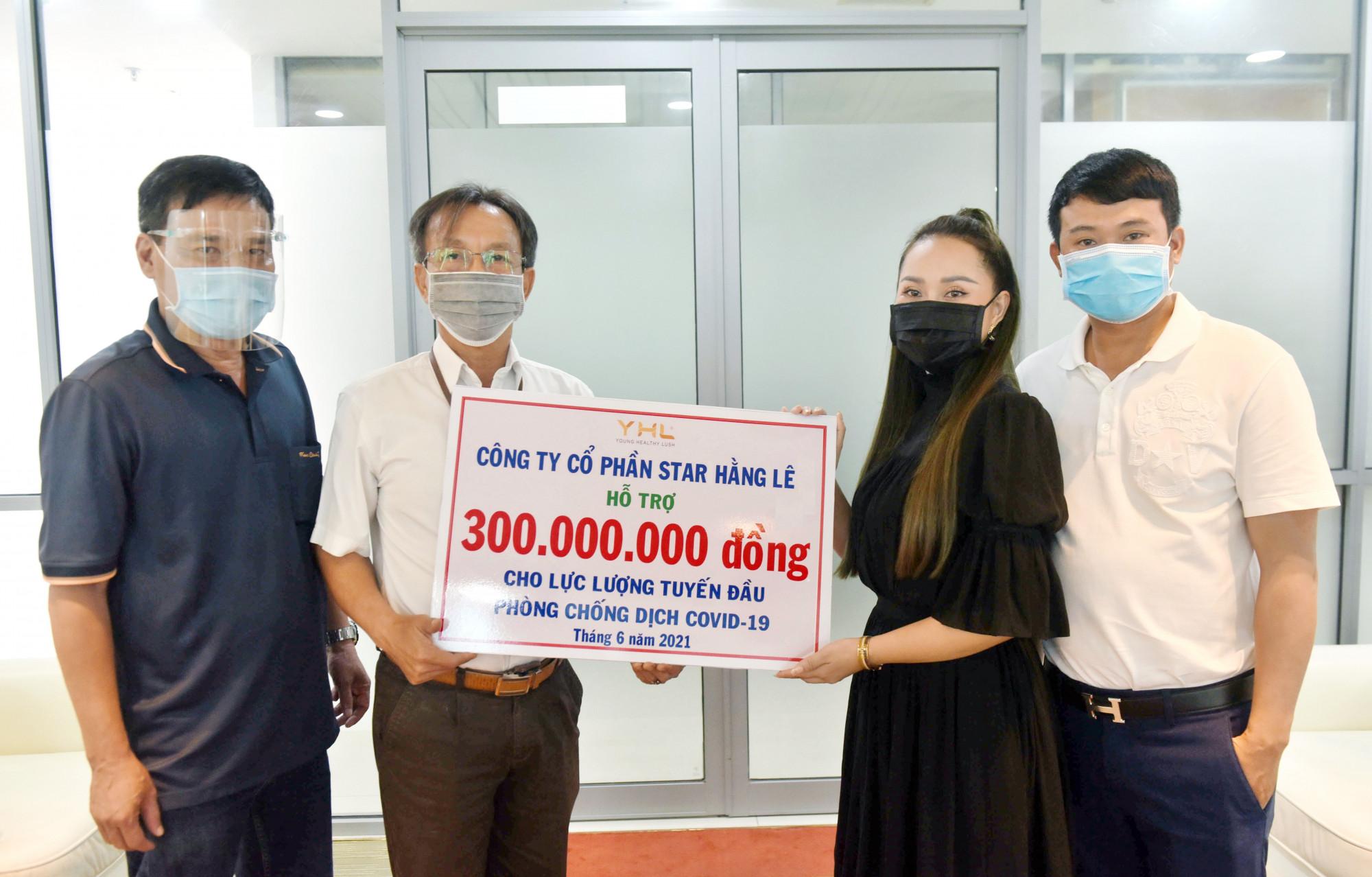 Bà Hằng Lê (phải) - người sáng lập thương hiệu YHL Star Hằng Lê trao tặng 300 triệu đồng cho lực lượng tuyến đầu chống dịch COVID-19. Ảnh: YHL Star Hằng