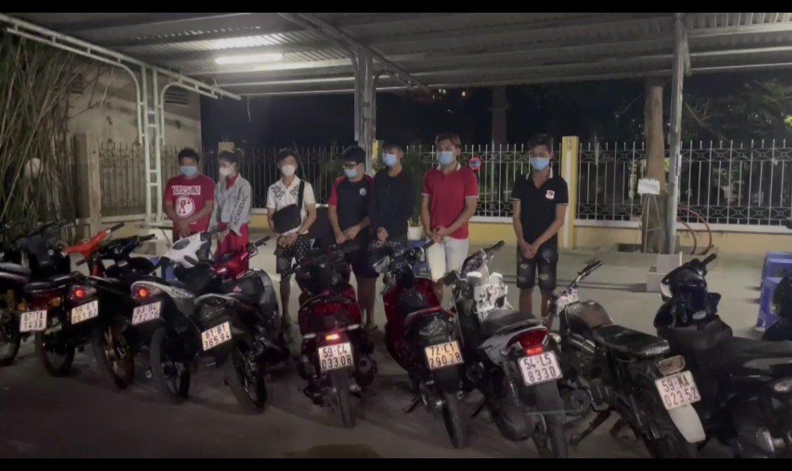 """CSGT vây bắt nhóm """"quái xế"""" giữa đêm tại TPHCM - Ảnh: Cục CSGT cung cấp"""