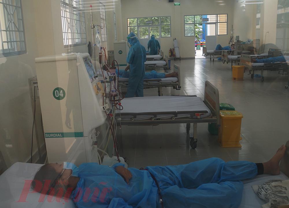 Tại đây, có những bệnh nhân đã được xét nghiệm SARS-CoV-2 lần 1 âm tính. Tuy nhiên, các bác sĩ vẫn thực hiện mỗi giường bệnh cách tối thiểu 2 mét, người bệnh và y bác sĩ đều phải mặc đồ bảo hộ hạn chế lây nhiễm COVID-19 trong khu chạy thận